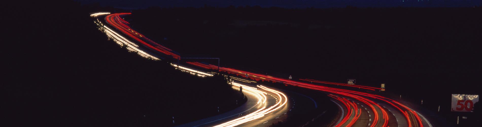 motorväg i mörker